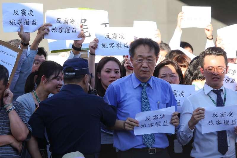 20190620-南崁長榮航運大樓前長榮空服員罷工,反罷工員工與空服員發生對峙。(顏麟宇攝)