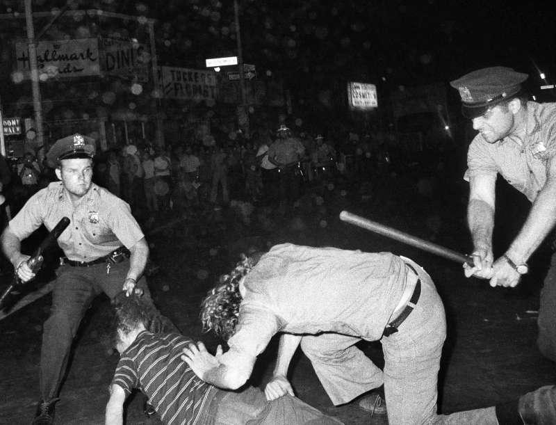 1970年8月31日,美國紐約同志遊行的一位參加者遭到警方攻擊(美聯社)