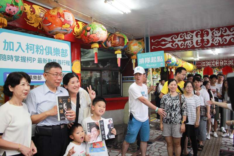 台北市長柯文哲與夫人陳佩琪前往勝安宮,並與在場民眾合影。(方炳超攝)