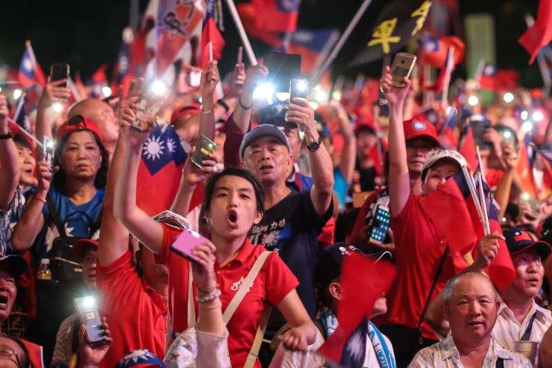 20190622-韓粉22日出席台中「決戰2020,贏回台灣」韓國瑜造勢活動,並以手機燈海照亮現場。(顏麟宇攝)