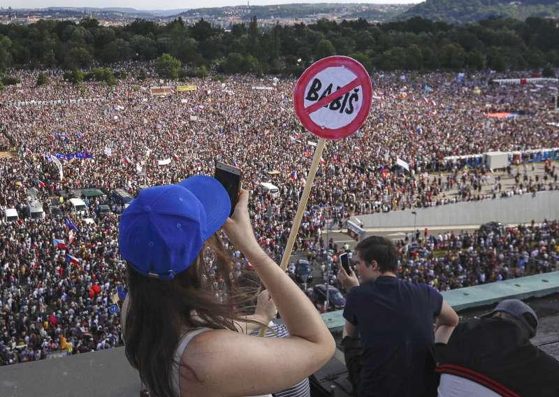 6月23日,多達25萬人走上捷克布拉格街頭抗議,要求捷克總理巴比什下台(美聯社)