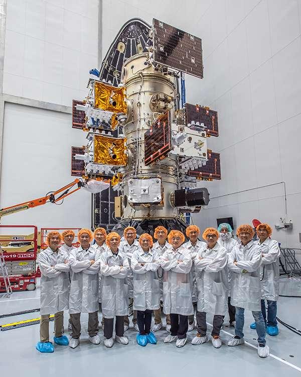 20190624 upload-6枚福衛七號與STP-2任務其他衛星,共24枚衛星均已順利安裝到獵鷹重型火箭的火箭酬載分配轉接環上,與太空中心發射團隊合影。(國家太空中心提供)