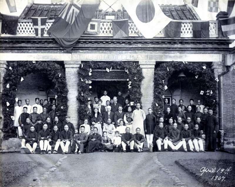 加拿大教會偕彼得牧師惜別會(攝影者不詳)。1907 年春天, 偕彼得來臺視察,受到熱情接待。圖為偕彼得離臺時,北部教會在牛 津學堂為他舉行惜別會的合影。(左岸文化提供)