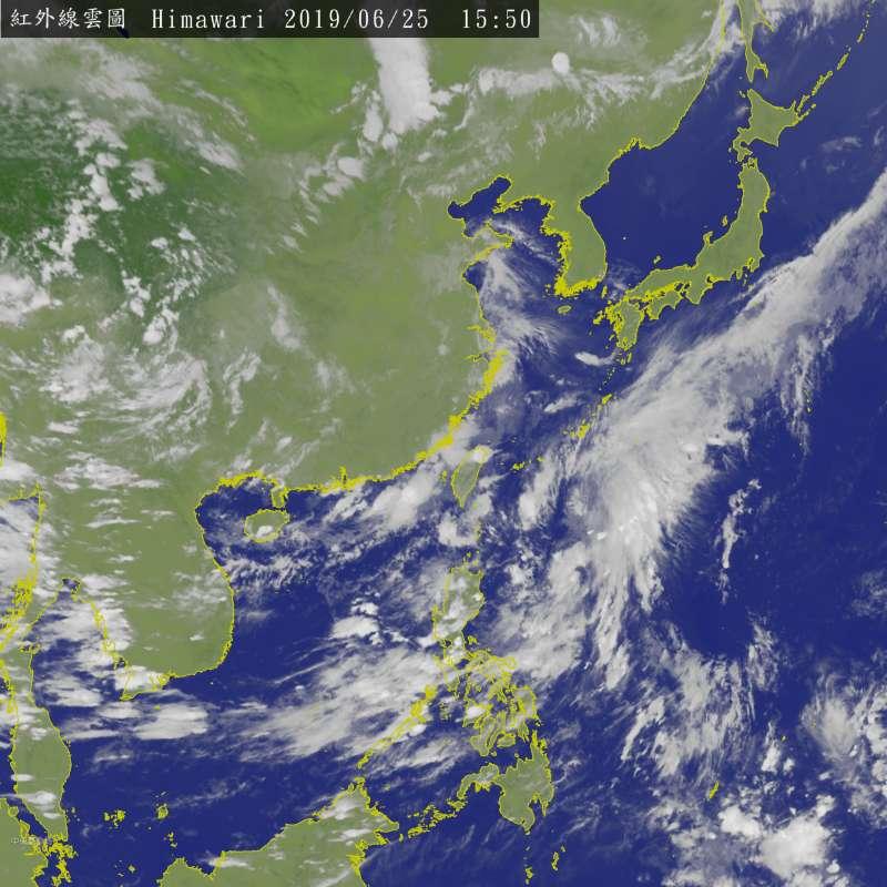 20190625-菲律賓東方的熱帶雲系仍在組織增強中,是否會發展成今年第3號颱風,值得密切觀察。(取自中央氣象局)