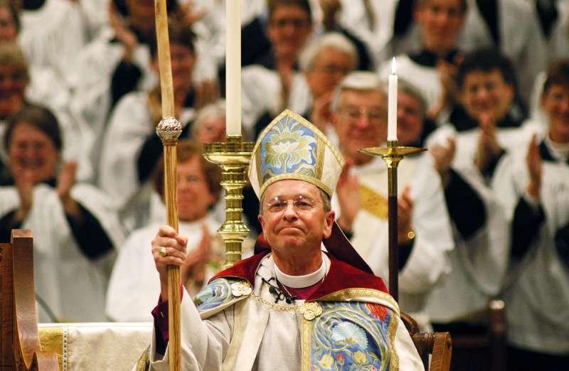 羅賓森在2003年成為美國聖公會首位公開出櫃的同性戀主教(美聯社)