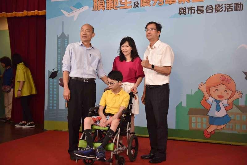 同時獲得模範生、市長獎的新上國小黃燁廷(前中),協助校園推動「健康無毒」好校園,擔任全國反毒博覽會的小天使。(圖/徐炳文攝)