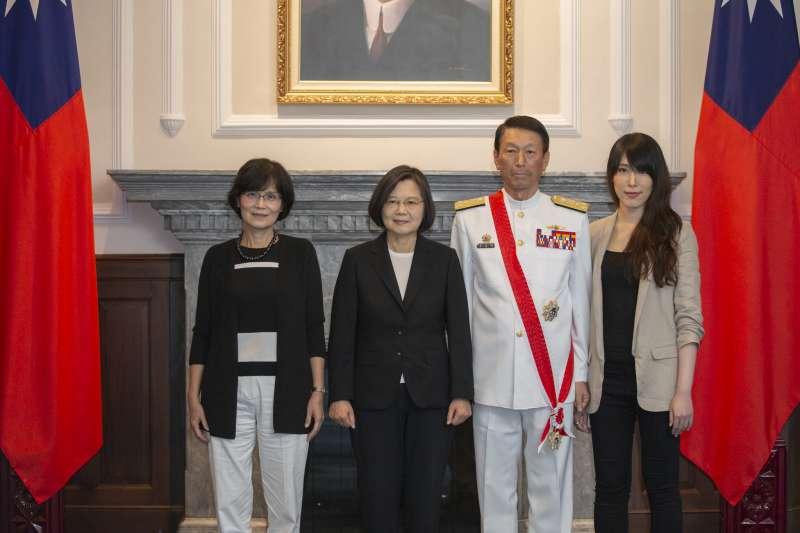 參謀總長李喜明上將即將於7月1日屆齡退伍,總統蔡英文今(26)天上午在總統府內主持授勳典禮,李喜明的家人都到場。(總統府提供)
