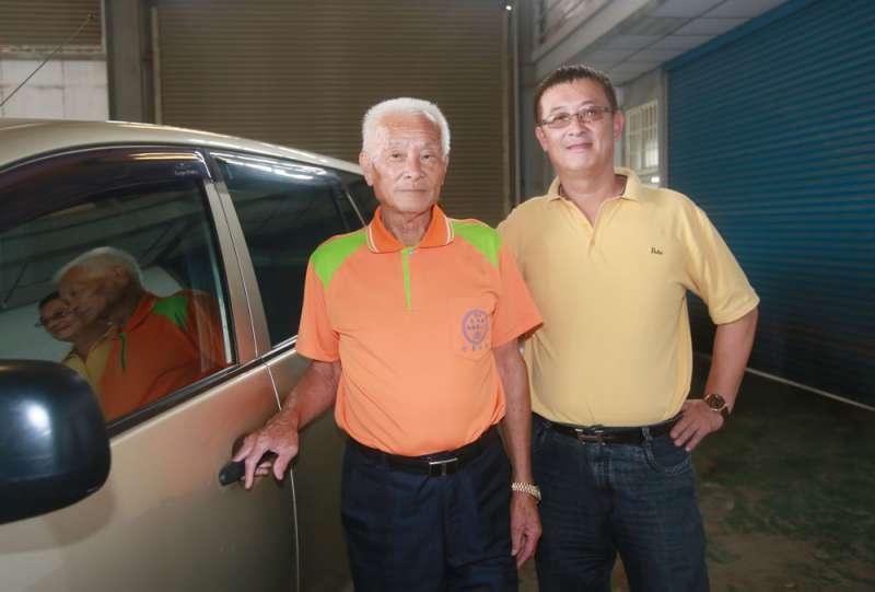 蔡永富的父親(左)當年沒放棄吸毒的兒子,一路陪他逆轉人生。(柯承惠攝)