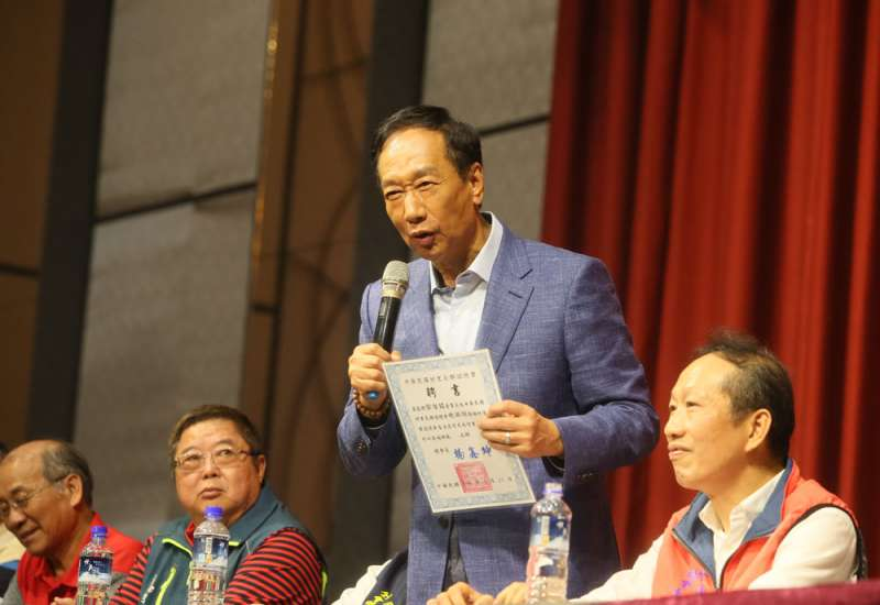 郭台銘(右)首度從政就投入總統大選爭奪戰。(柯承惠攝)