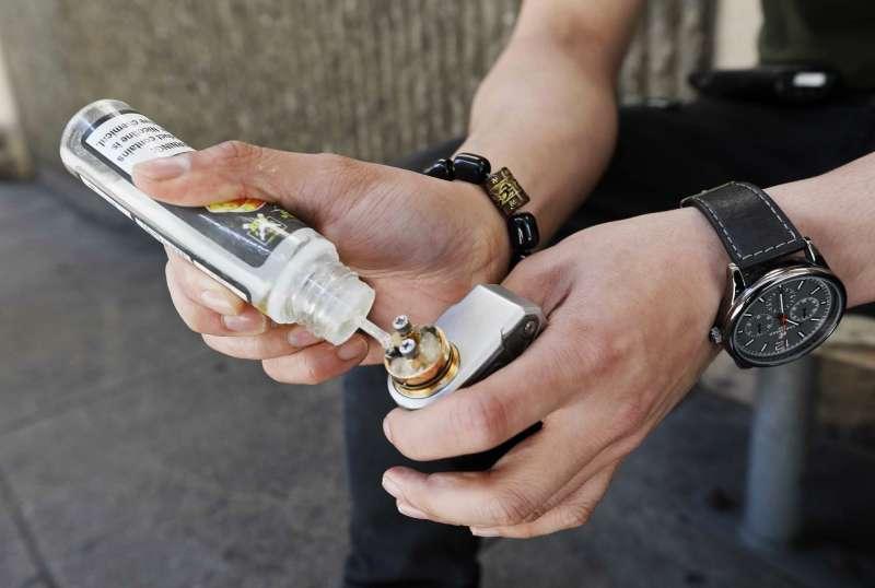 電子煙透過加熱煙油產生蒸氣,並有不同風味可供選擇。(美聯社)
