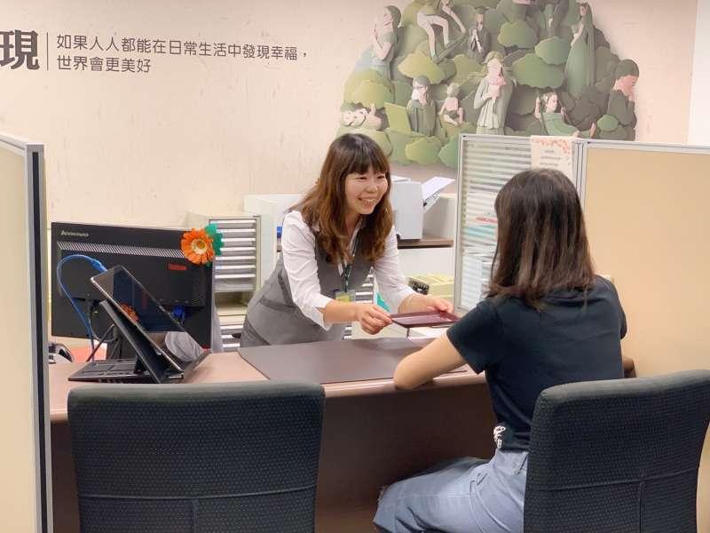 國壽第一線客服同仁服務情境(圖/國泰人壽)