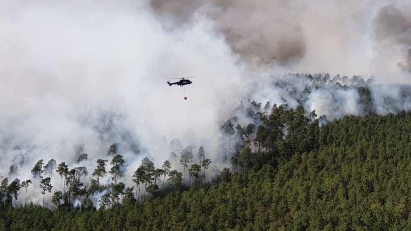 柏林南方森林發生火災,德國聯邦警察出動直升機打火。(美聯社)
