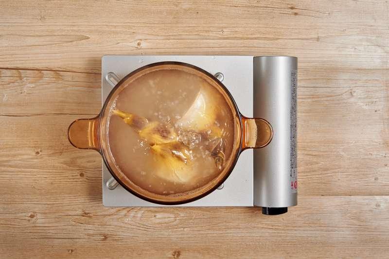 水煮竹筍要注意水量必須淹過竹筍,從冷水開始煮,較不易產生苦味。 (圖/桂冠提供)