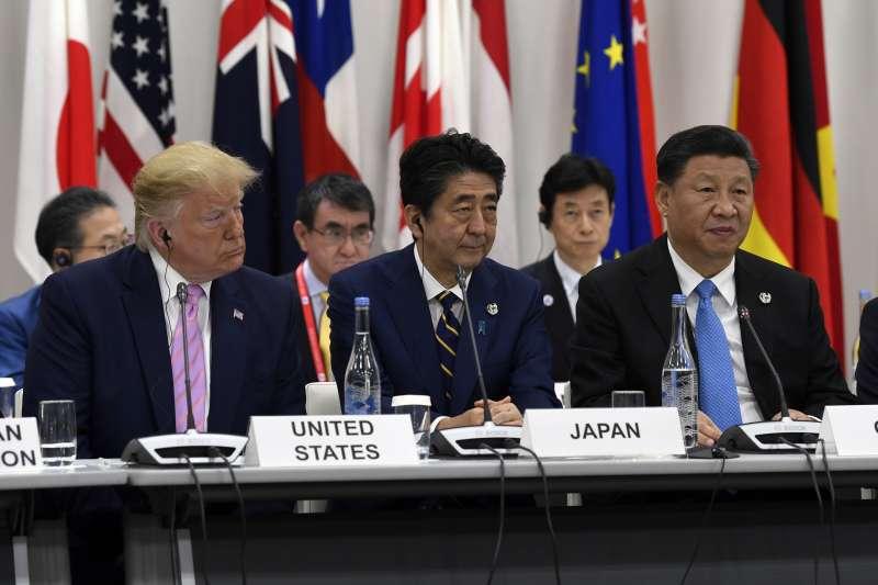 2019年6月28日,G20領導人大阪峰會,左起:美國總統川普、日本首相安倍晉三與中國國家主席習近平(AP)