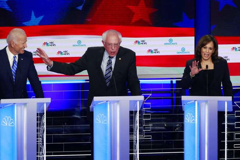 2020年美國總統大選民主黨初選首場辯論於26日、27日晚間9時熱鬧登場,左起為前副總統拜登、佛蒙特州聯邦參議員桑德斯、加州聯邦參議員賀錦麗。(AP)