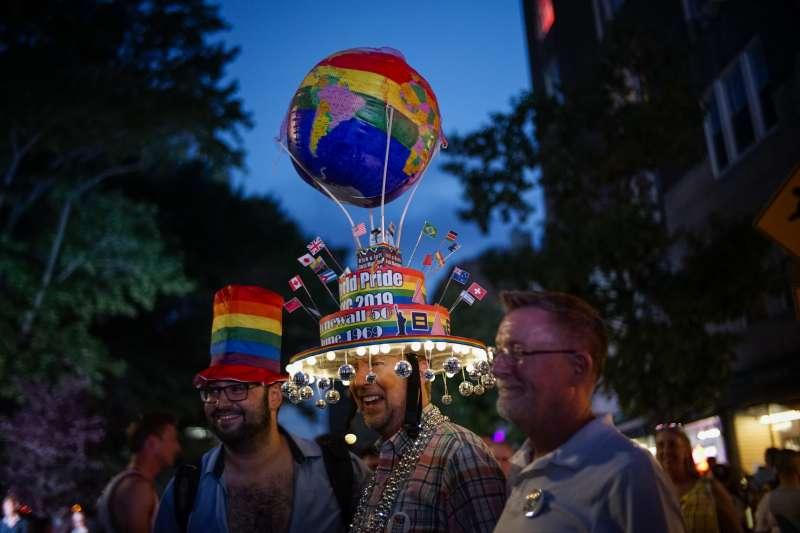 今年6月28日,數千名民眾齊聚美國紐約石牆酒吧外,紀念石牆事件50周年(美聯社)