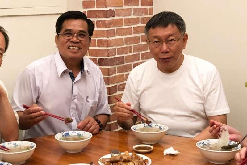 台北市長柯文哲29日訪問屏東縣晚間並與恆春鎮長盧玉棟共進晚餐鴨肉冬粉。(方炳超攝)