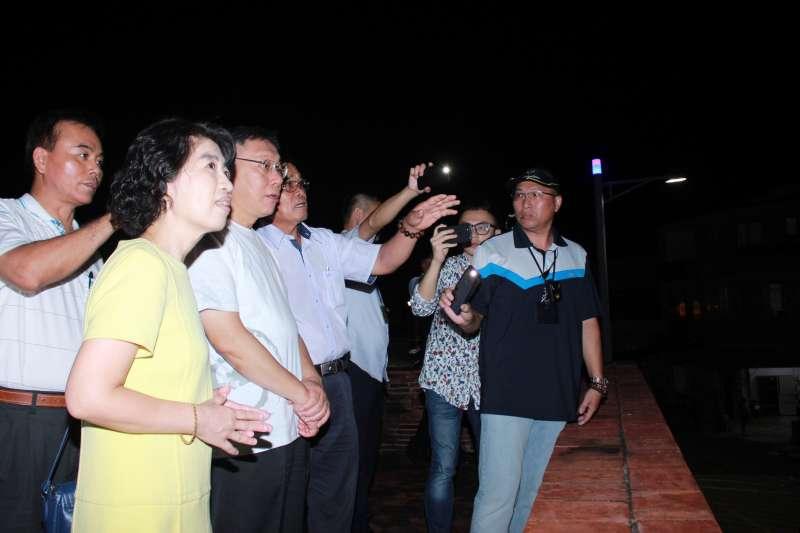 台北市長柯文哲與妻子陳佩琪逛恆春東城門。(方炳超攝)