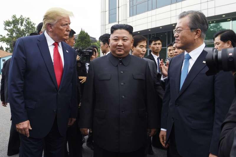 2019年6月30日,美國總統川普與北韓領導人金正恩在兩韓交界「非軍事區」(DMZ)板門店會面,南韓總統文在寅陪同(AP)