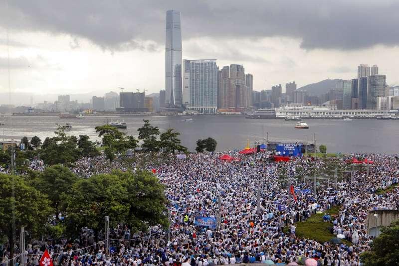 香港6月30日舉行「撐警大遊行」,現場出現多面中國國旗。(美聯社)