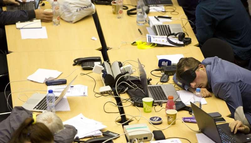 歐盟領導人經過18小時的討論協商,依舊無法敲定新任歐盟執委會主席人選,疲累的記者趴在桌上休息(美聯社)