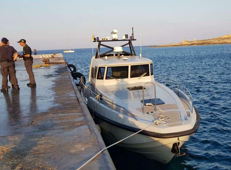 蘭佩杜薩島當地警官駕駛汽艇,欲阻止「海上觀察3號」駛進港口。(AP)