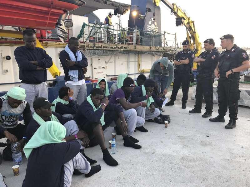 在拉奎特的船靠岸後,船上數名移民便因急需「醫療救援」被准許登陸。(AP)