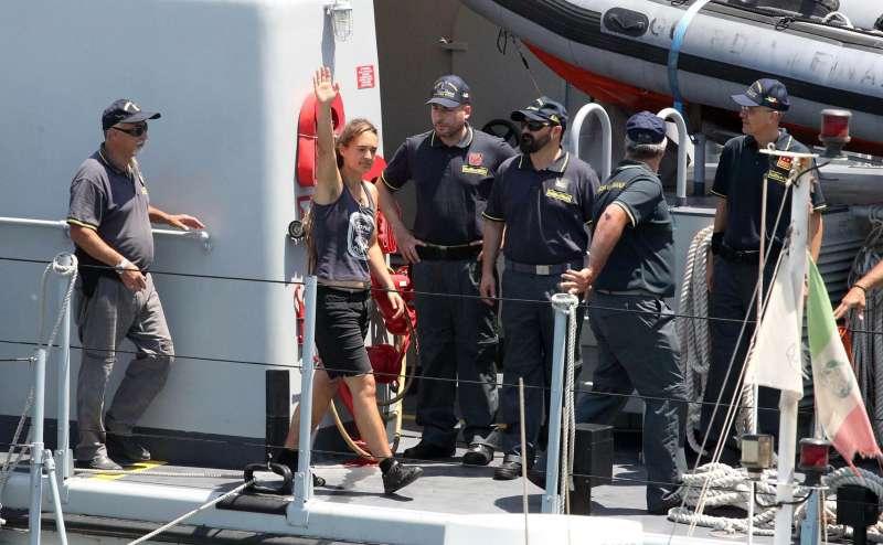 「海上觀察3號」一停進蘭佩杜薩島,薩爾維尼便下令將女船長逮補,並將船扣押。(AP)