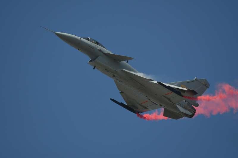 同樣是在去年珠海航展上進行飛行表演的殲-10B戰鬥機,因裝備渦扇-10B國產向量推力發動機而吸引航空迷的目光,象徵大陸軍事航空工業進一步向全國產化的道路前進。未來如果兩岸開戰,殲-10也將成為中華民國空軍真正意義上的威脅來源。(Walt Yu提供)