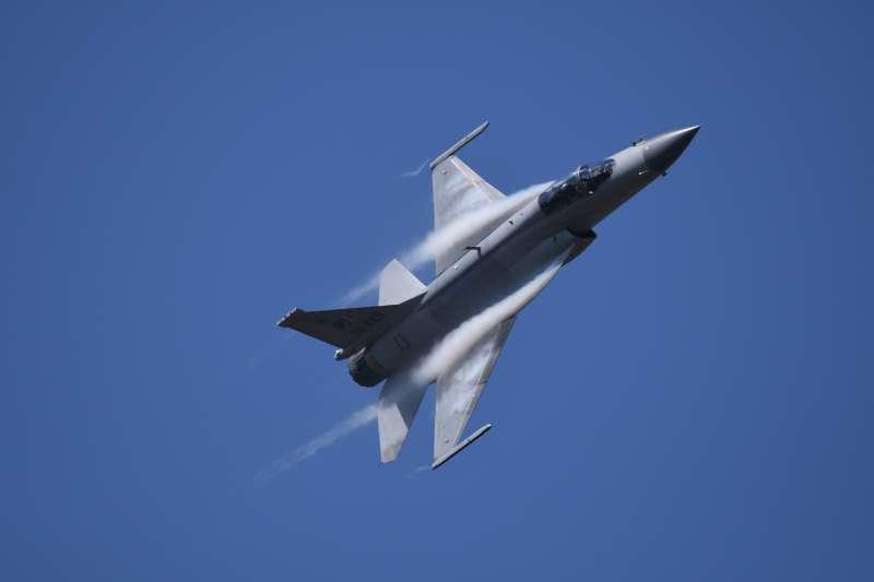 梟龍戰鬥機基本上MiG-21戰鬥機的魔改版,屬於70年代的產物,所以中共本身不用,專門為巴基斯坦空軍設計。如果我們撇開一切常識,設定中共可能將戰機賣給台灣,那也頂多就是梟龍等級的產物。(Walt Yu提供)