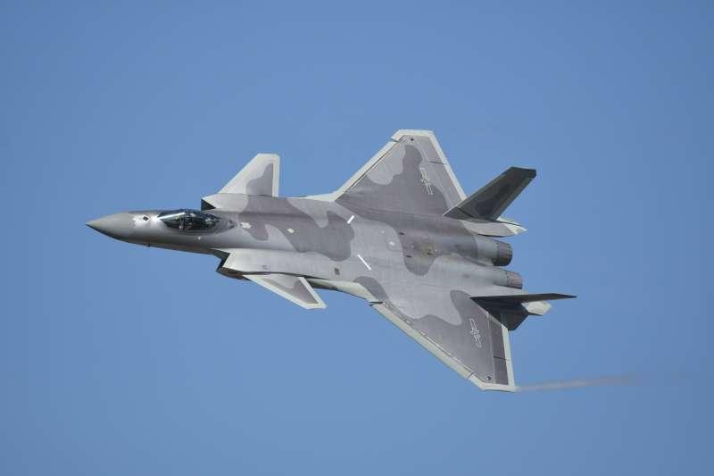在去年珠海航展上現身的殲-20戰鬥機,究竟是否能稱得上是與F-22同等級的第五代戰鬥機?這個問題在軍事圈內還存在著極大爭議,目前沒有定論。不過可以確定的是,殲-20不會對外銷售,不可能如周錫瑋聲稱的那樣販賣給台灣。(Walt Yu提供)