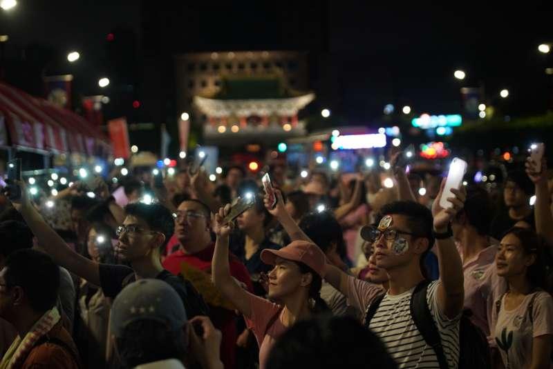 20190702-一起陪長榮空服罷工,Fight for EVA Strike晚會,民眾舉起手機化為燈海。(盧逸峰攝)