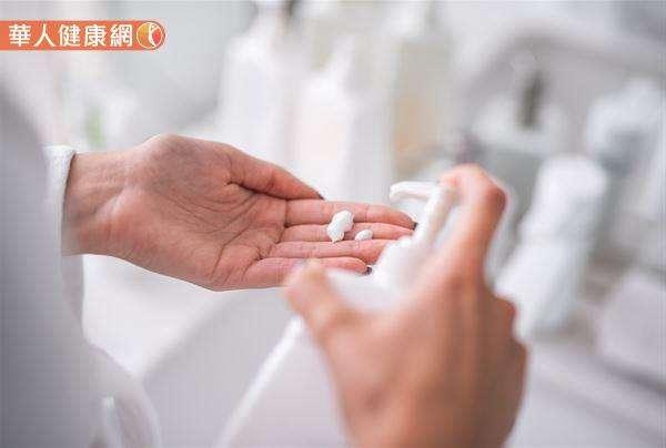為了避免使用不當使肌膚反黑,或造成皮膚過度刺激、敏感,形成皮膚炎,造成黑色素沉澱,民眾在使用前一定要「停看聽」,注意保養品添加內容,以及建議使用方式較有保障。 (圖/華人健康網提供)