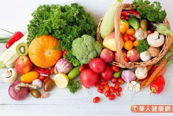 日常飲食上也要多攝取富含維生素C的新鮮蔬果、加強水分補充,以及盡量避免熬夜,就是全方位護理,由內至外打造透白肌膚的致勝關鍵! (圖/華人健康網提供)
