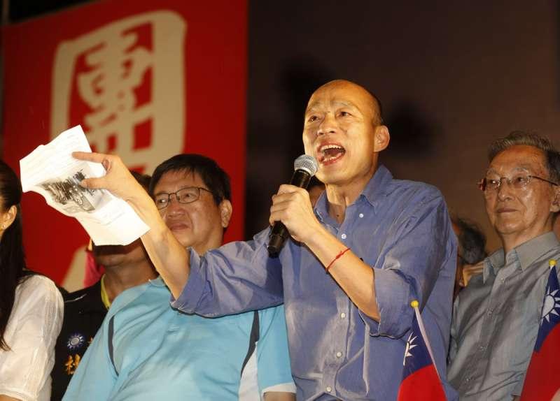 韓國瑜(中)訴求就職半年完成14項政績,平息罷免行動的怒火。(郭晉瑋攝)