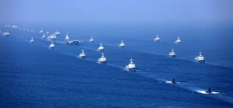 解放軍以遼寧號為首的數十艘新型軍艦,2018年4月在南海進行軍演。(美聯社)
