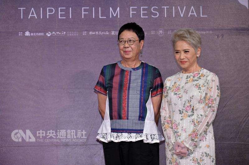 導演許鞍 華(左)與之前合作過電影「桃姐」的演員葉德嫻(右 )一起來台宣傳電影「明月幾時有」。