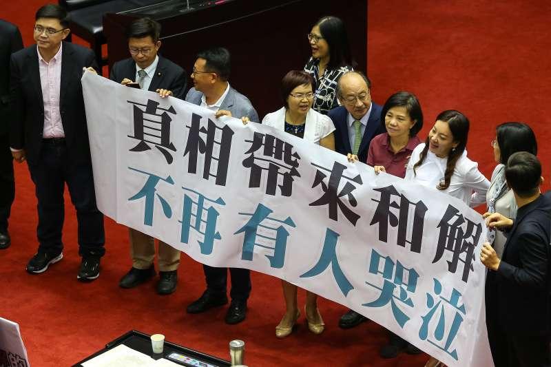 20190704-民進黨立院黨團4日於「政治檔案條例」立法時拉標語贊成。(顏麟宇攝)