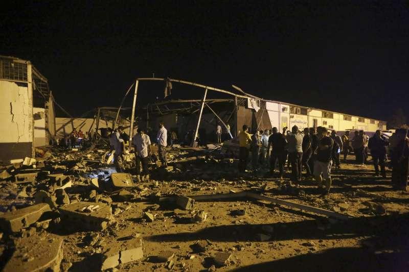 2019年7月3日,敘利亞塔朱拉(Tajoura)一處難民中心遭轟炸,造成44死、130傷。(AP)