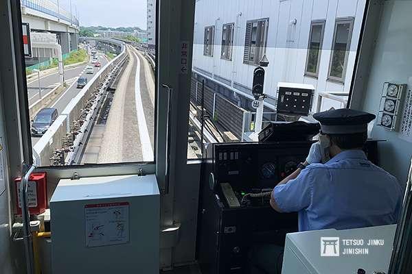 金澤海濱線發生事故後,由於事故原因尚未完全查明,因此目前恢復人工運轉,每列車都派遣運轉士。(圖/陳威臣攝,想想論壇提供)
