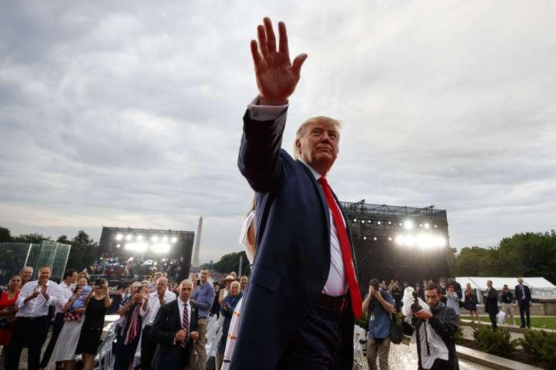 美國今年盛大舉行「向美國致敬」國慶活動,川普甚至親自擔任各種先進軍武的解說員。(美聯社)