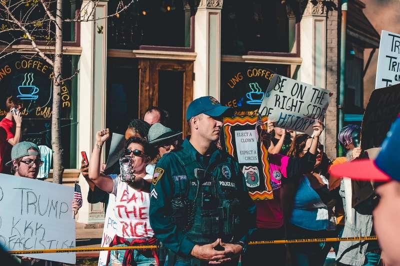 就算是官逼民反,礙於警察的身分,他們還是得進行為安、控制民眾的工作。(圖片取自Pexels)