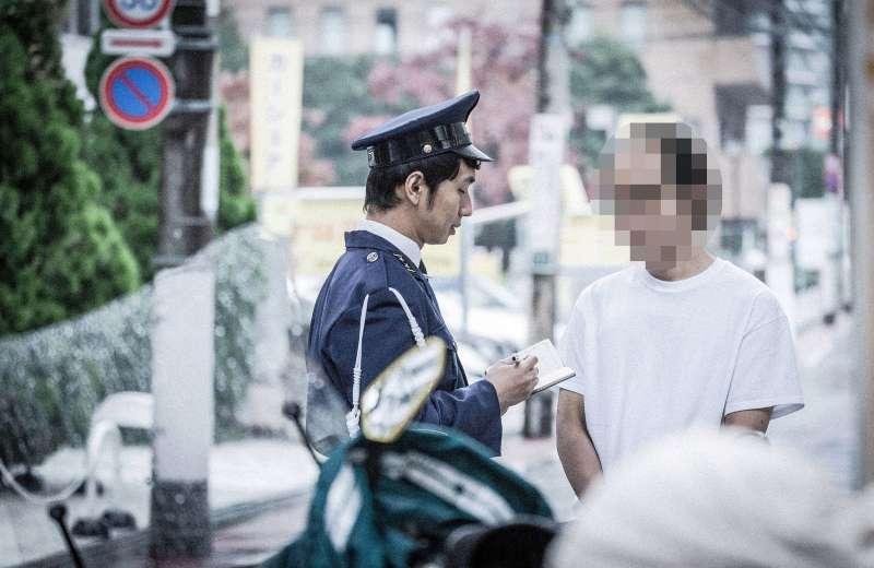 警察在執行公務、開單的時候,還要安撫違規者的「負面情緒」,小至怒罵,大則動手動腳。(圖片取自Pakutaso)
