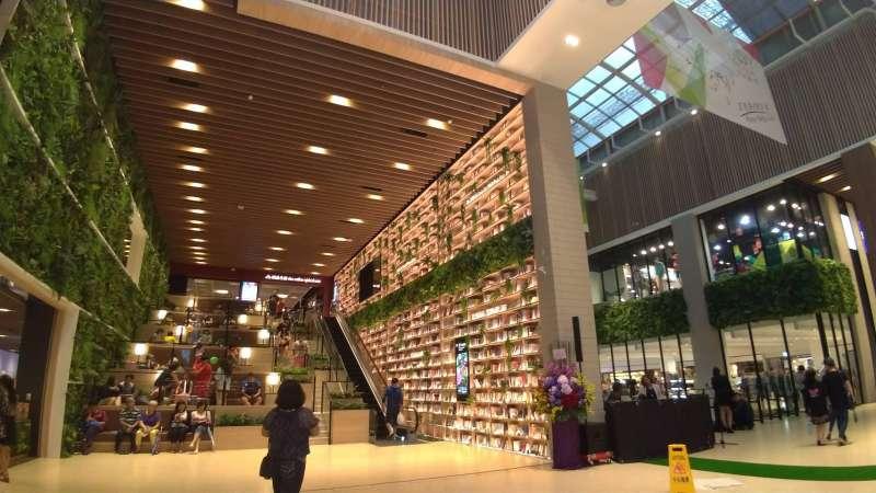 由書櫃構築的環繞步道及休憩座椅、檯燈,讓人身在其中深切感受到閱讀帶來的療癒力量。(圖/徐炳文攝)