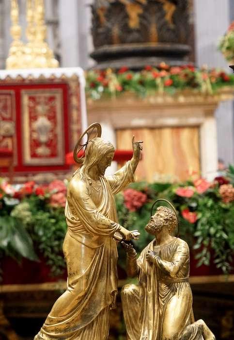 聖伯多祿教堂內耶穌交給伯多祿鑰匙雕像(曾廣儀攝)