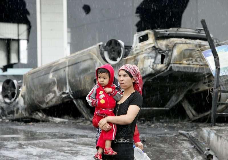 七五事件中,烏魯木齊市許多警車、民用車輛被燒毀。(AP)