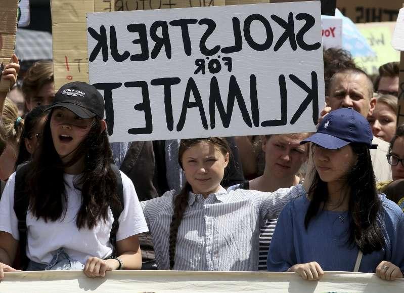 瑞典少女桑伯格發起「星期五拚未來」罷課抗議運動獲得上百個國家的數萬名學生響應(美聯社)