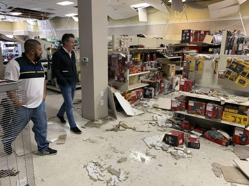 加州連日地震,造成當地商店貨架一片狼籍。(AP)