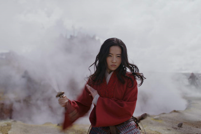 「仙女姐姐」劉亦菲飾演花木蘭,神色颯爽,網友紛紛讚道:「帥炸了!」(圖/IMDb)