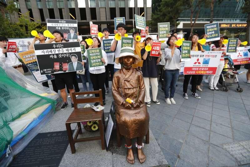 日本宣布對南韓管制出口半導體原料之後,南韓民眾在首爾的駐日大使館外聚集抗議。(美聯社)